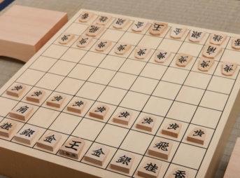 開始局面の駒が並んだ将棋盤