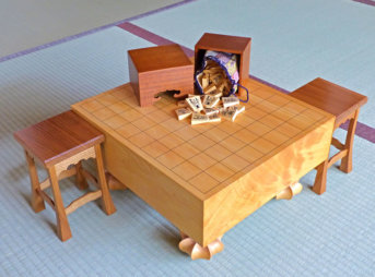 駒と駒箱が載った将棋盤と駒台