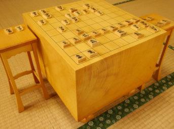 和室に置かれた将棋盤と駒台