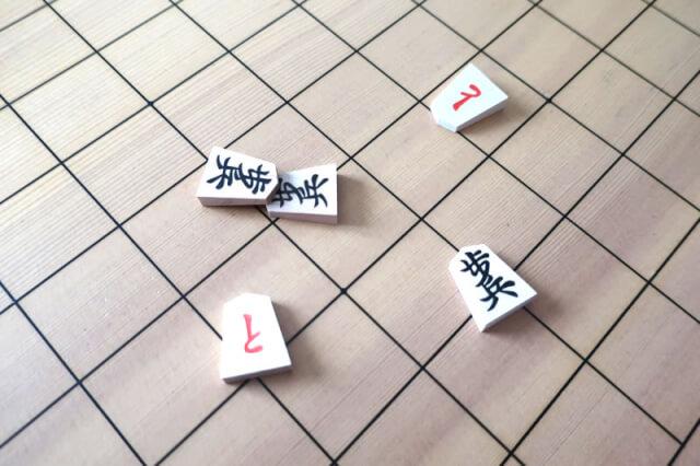 振り駒をして、歩が1枚、と金が2枚、重なった駒が2枚の状態