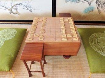 和室に置かれた将棋盤と座布団