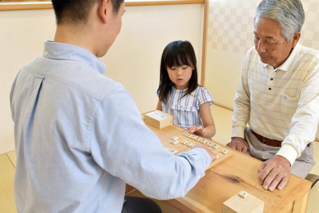 家族で将棋を指すところ