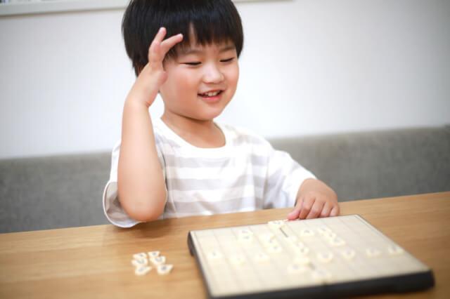 男の子が将棋を指しているところ